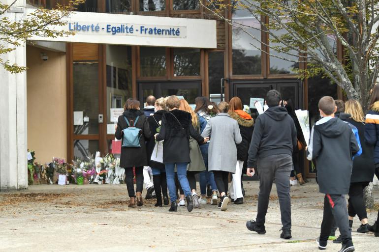 Adultes et enfants devant un collège de Conflans Saint-Honorine, le 17 octobre 2020