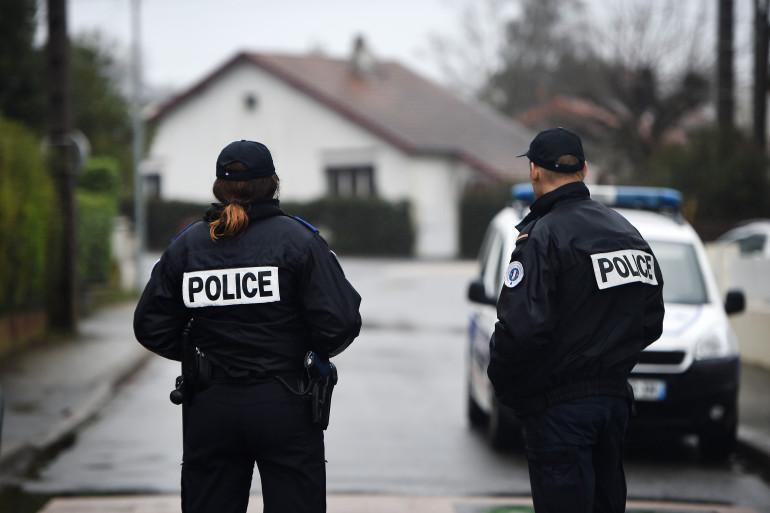 Des policiers postés près de la maison de la famille Troadec, à Orvault le 6 mars 2017