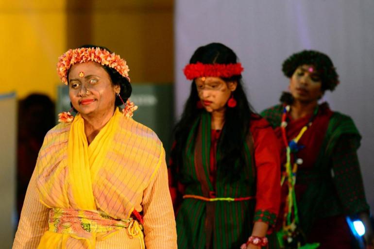 Des femmes victimes d'attaques à l'acide défilent à Dacca, au Bangladesh.