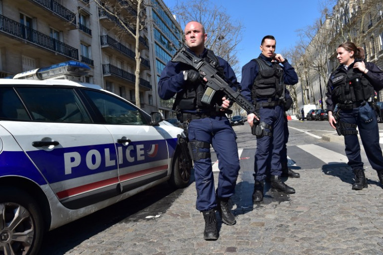 La police sécurise le siège du FMI à Paris