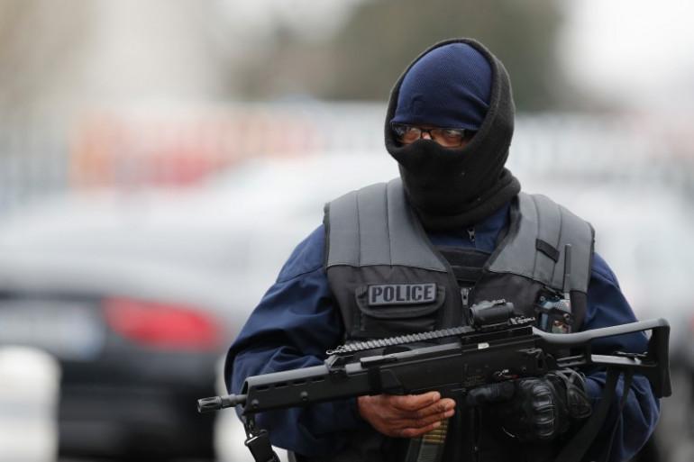 Un policier sécurise l'aéroport d'Orly, à Paris
