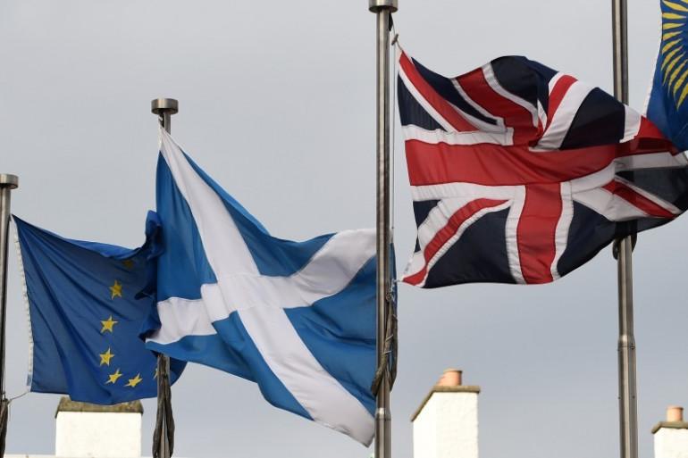 Les drapeaux européen, écossais et anglais à Édimbourg, le 13 mars 2017