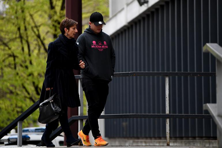 L'Irlandais Denis Coulson, accompagné par son avocate, arrive à l'hôtel de police de Grenoble le 22 mars 2017.