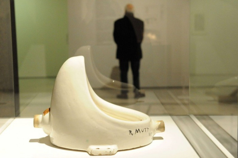 """Une réplique de l'oeuvre """"Foutain"""" de Marcel Duchamp dans un musée londonien, en février 2013"""