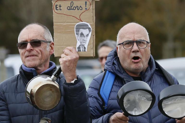 Des manifestants contre François Fillon près de Biarritz, le 25 mars 2017