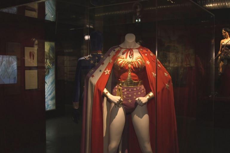"""Le costume de Wonder Woman à l'exposition """"DC Comics"""" au musée Art Ludique"""
