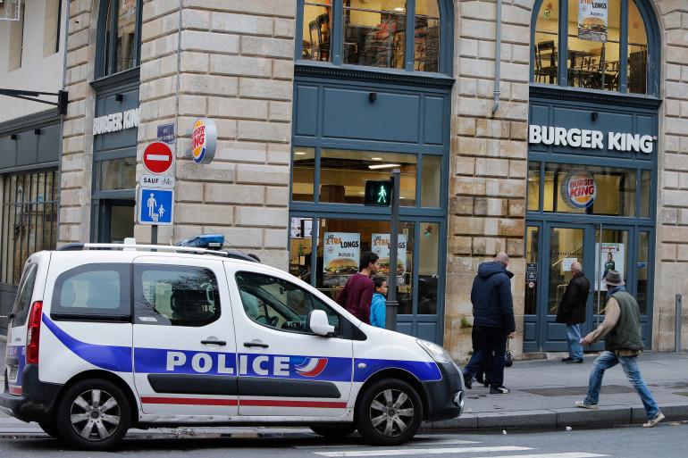 Une voiture de police après la tentative de braquage d'une enseigne Burger King, à Bordeaux le 25 décembre 2016 (photo d'illustration)