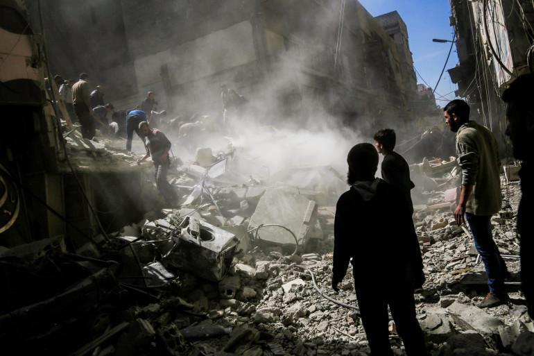 Dans les décombres, les civils recherches des survivants après le raid aérien chimique en Syrie, le 4 avril 2017