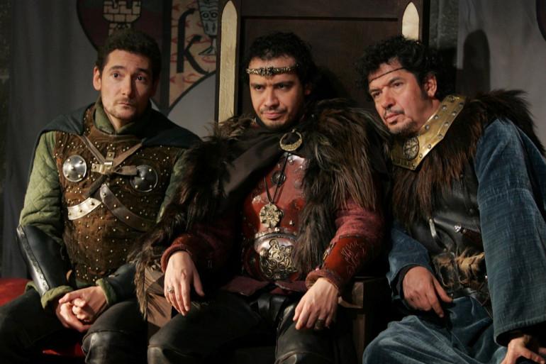Alexandre Astier en roi Arthur entouré du chevalier Bohort et de son beau-père le seigneur Léodagan