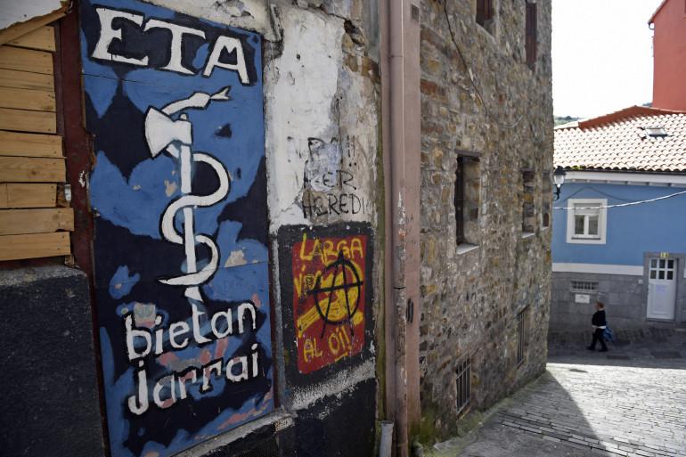 Une affiche représentant le logo de l'ETA dans un village du pays basque espagnol