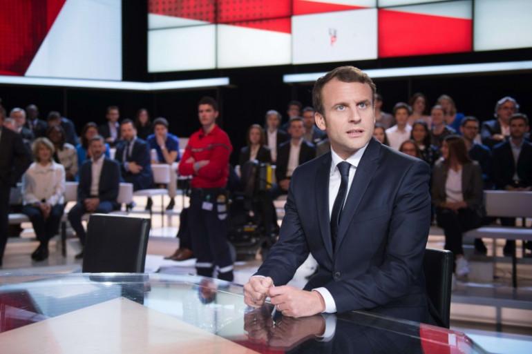 """Emmanuel Macron sur le plateau de """"L'Émission politique"""", le 6 avril 2017 sur France 2"""