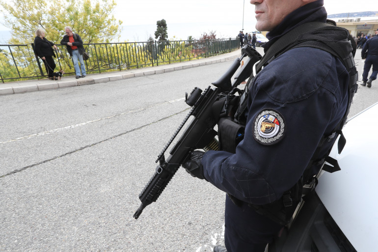 Un policier sécurisant une visite de Marine Le Pen, le 13 février 2017