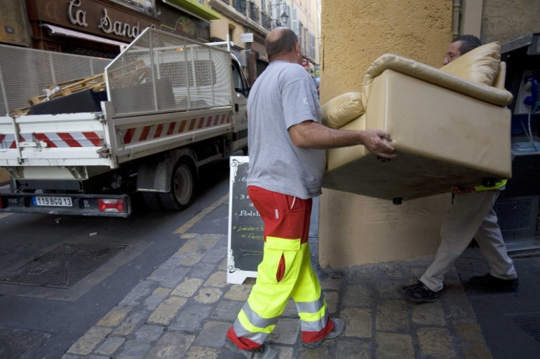 Des éboueurs procédant au ramassage des encombrants dans les rues d'Aix-en-Provence (illustration)