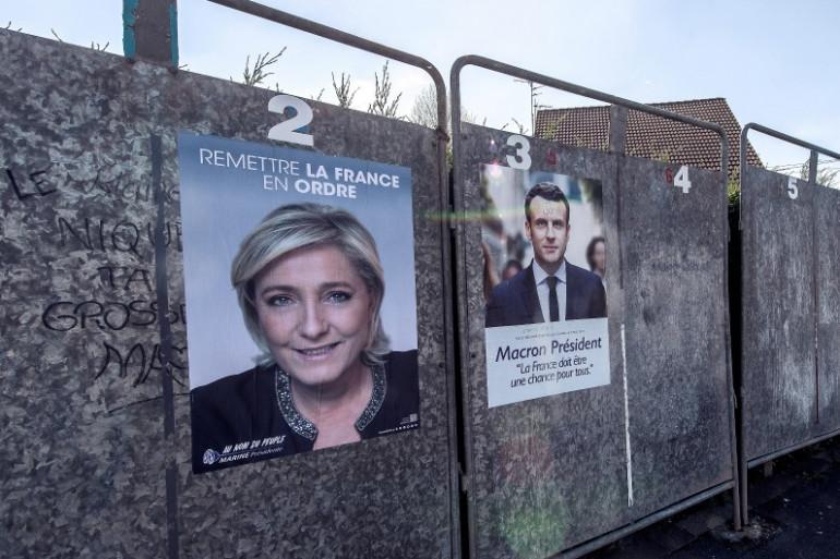 Des affiches électorales de Marine Le Pen et Emmanuel Macron sur des panneaux d'affichage à Hénin-Beaumont