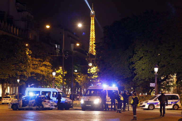 Des forces de police sur les Champs-Élysées, jeudi 20 avril