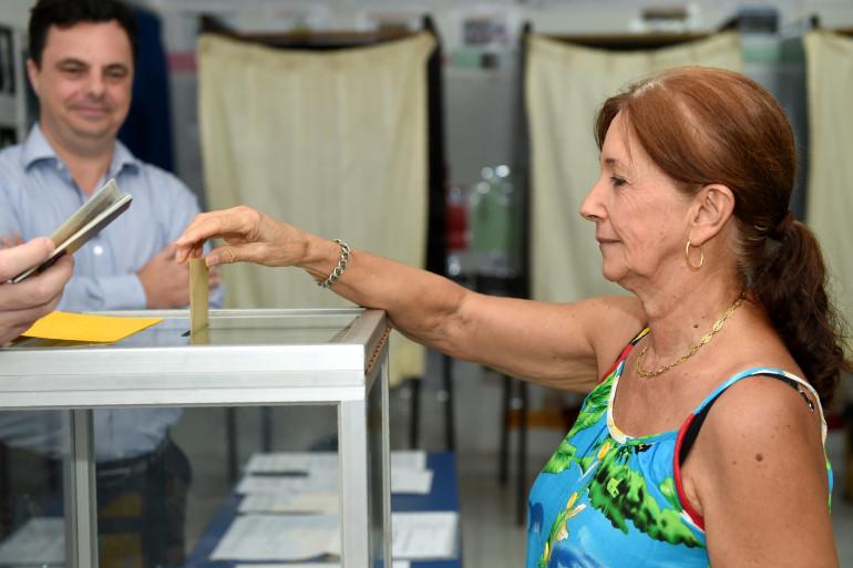 En Indonésie aussi les Français glissent leur vote dans l'urne.