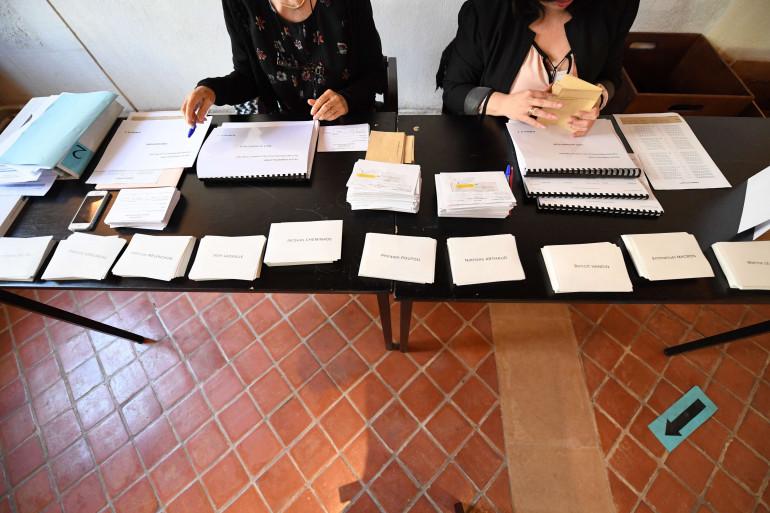 Un bureau de vote à Charenton, en région parisienne, le 23 avril.