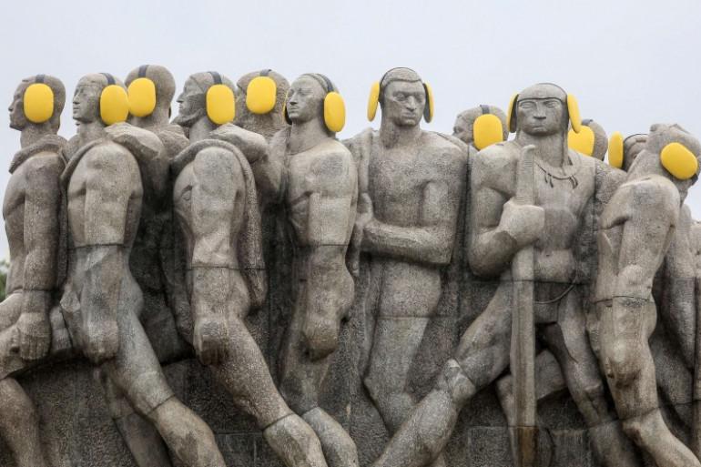 Des statues ornées de protecteurs auditifs marquant la Journée internationale de sensibilisation au bruit, à Sao Paulo, au Brésil