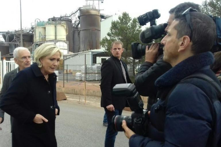 Marine Le Pen en visite devant l'usine Altéo de Gardanne le 30 avril 2017
