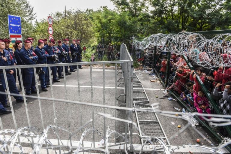 Des militaires hongrois face aux migrants à la frontière avec la Serbie, le 16 septembre 2015
