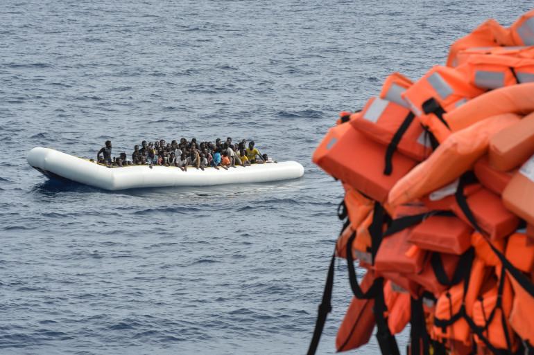 Des migrants entassés sur un canot pneumatique au large de la côte libyenne le 5 novembre 2016.