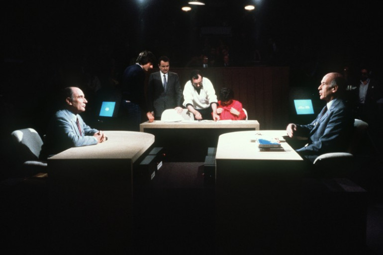 Les deux candidats au second tour des élections présidentielles, Valéry Giscard d'Estaing et François Mitterrand, lors du débat d'entre-deux-tours, le 5 mai 1981.