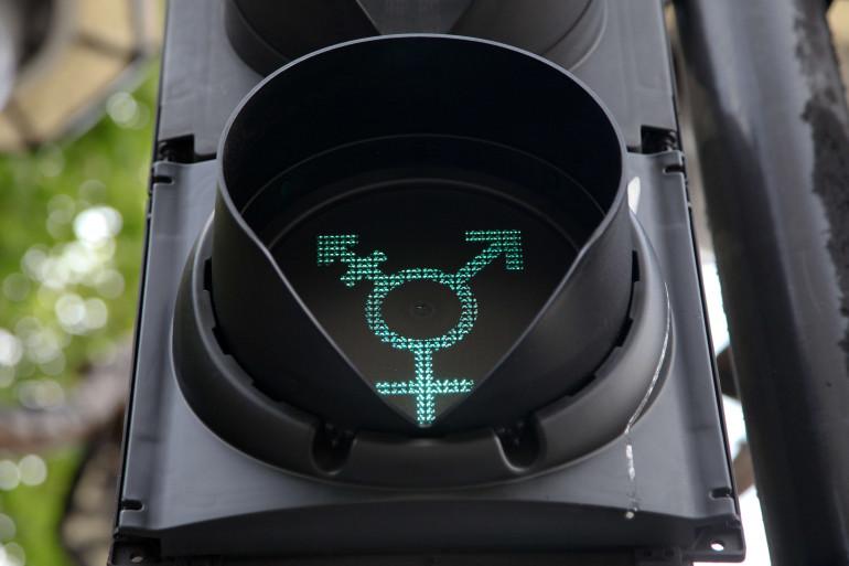 Les symboles des genres sont mêlés sur un feu de signalisation à Londres, le 27 juin 2016.