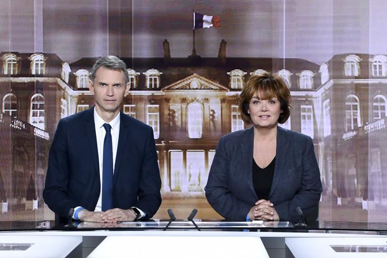Christophe Jakubyszyn et Nathalie Saint-Cricq sur le plateau du débat de l'entre-deux-tours, le 3 mai 2017