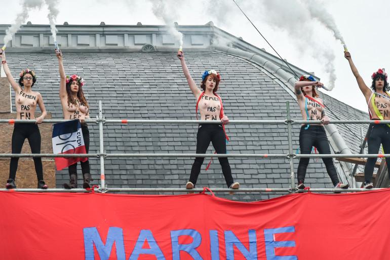 Des Femen ont déploré une banderole contre Marine Le Pen à Hénin-Beaumont, le 7 mai 2017