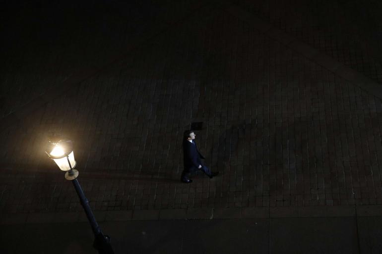 Emmanuel Macron en marche vers la scène installée au Louvre, à Paris