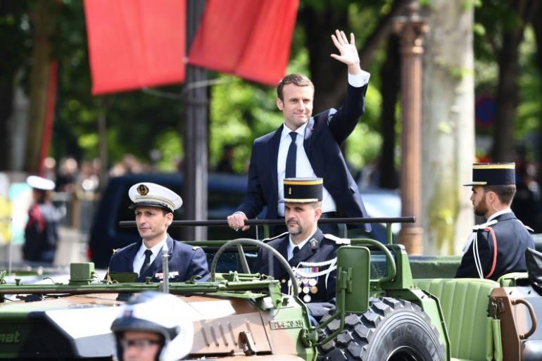 Emmanuel Macron remontant l'avenue des Champs-Élysées le 14 mai 2017