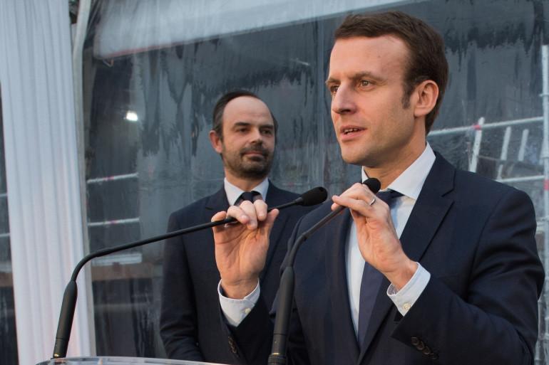 Edouard Philippe écoute Emmanuel Macron lors d'un discours en février 2016
