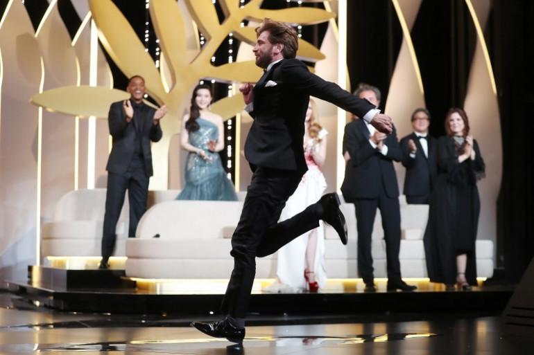 """Le réalisateur Ruben Östlund, fou de joie, remporte la Palme d'or pour """"The Square"""""""
