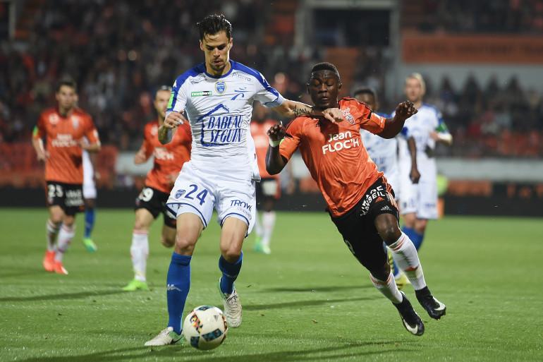 Giraudon face à Waris lors de Lorient-Troyes le 28 mai 2017