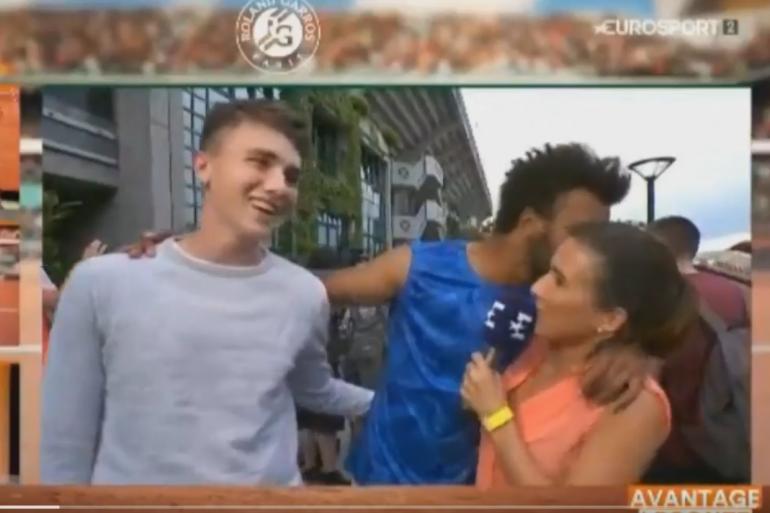 Maxime Hamou qui embrasse de force une journaliste à Roland-Garros