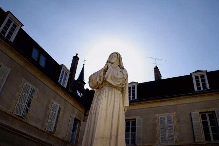 Photo d'une statue de Bernadette Soubirous prise le 31 août 2006 à Nevers