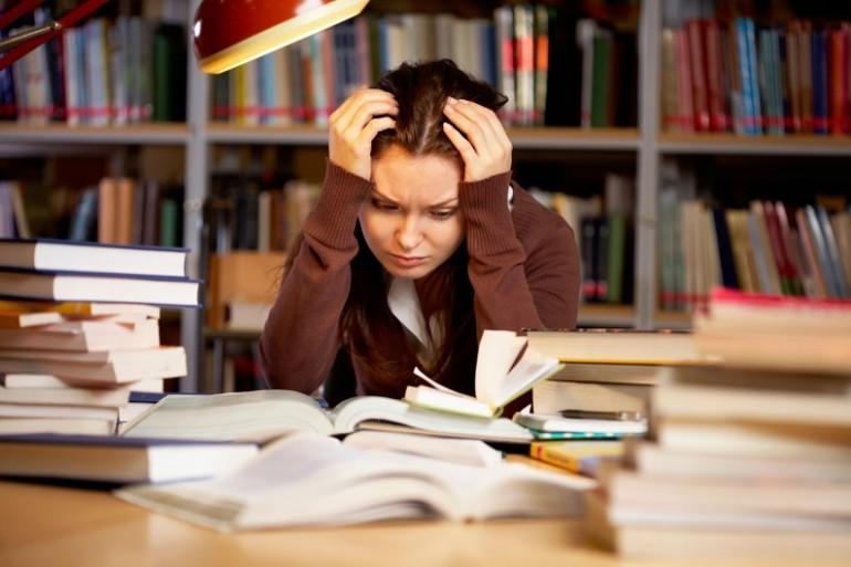 Une jeune fille révise ses examens (illustration)