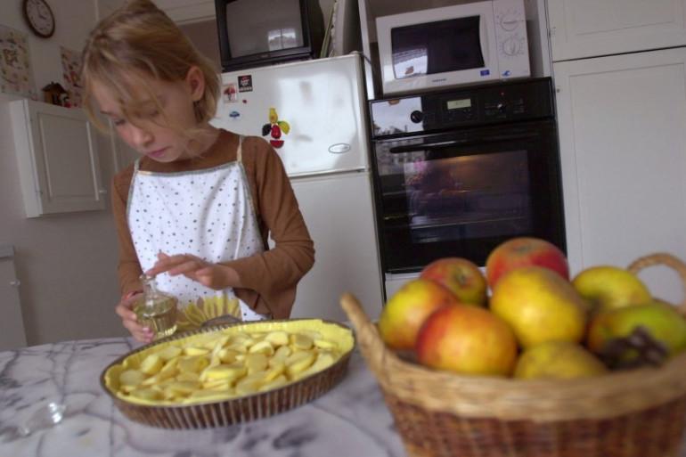 Une fillette cuisine une tarte aux pommes (Illustration)