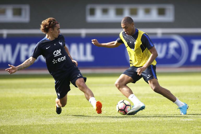 Kylian Mbappé, ici à l'entraînement face à Antoine Griezmann, a ressenti une douleur à une cuisse