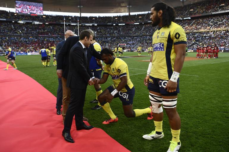 Le rugbyman clermontois Alivereti Raka saluant Emmanuel Macron, lors de la finale du Top 14 2017