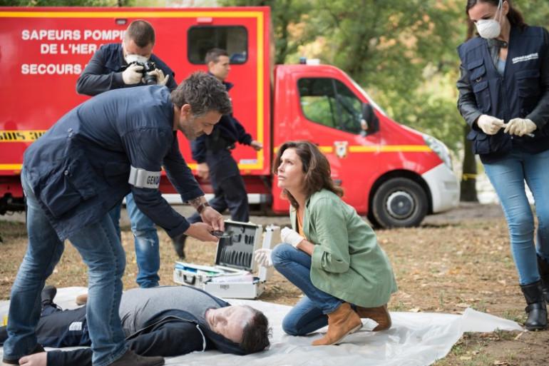 """Paul et Léa sur une scène de crime dans """"Tandem""""."""