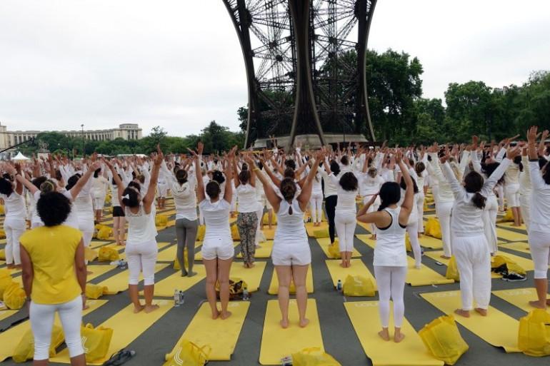 Une séance de yoga sous la tour Eiffel (Illustration)
