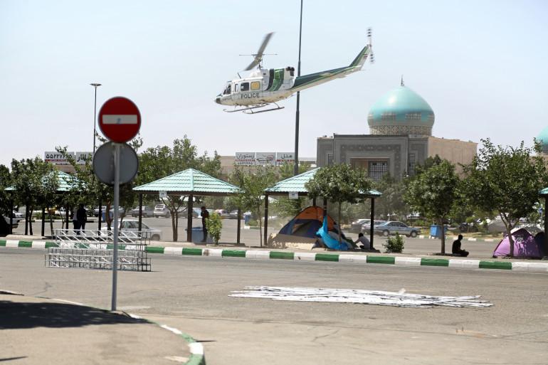 Un hélicoptère survole le mausolée de l'imam Khomeiny à Téhéran (Iran) visé par un attentat de Daesh, le 7 juin 2017