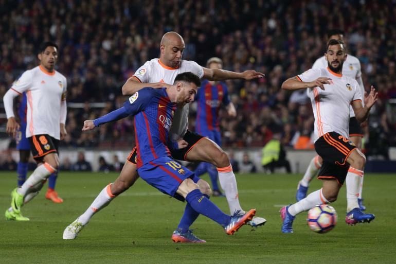 Aymen Abdennour à la lutte avec Lionel Messi en mars 2017