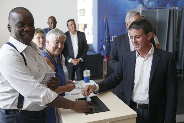 L'ancien premier ministre, Manuel Valls, a voté à Évry où il est candidat