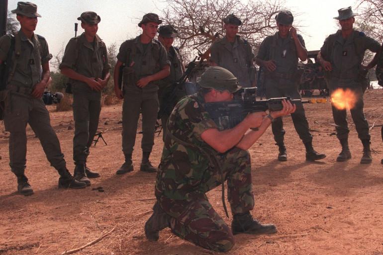 Un instructeur montre le fonctionnement d'un fusil à des militaires français à Dakar.