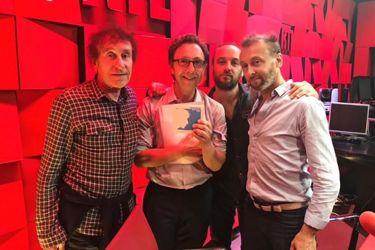 Alain Souchon, ses fils Charles et Pierre, accompagnés de Stéphane Bern
