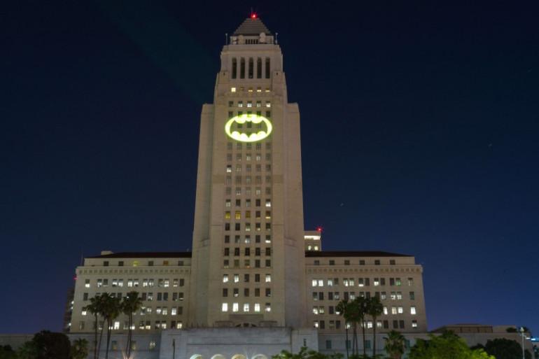 Le Bat Signal illuminé à Los Angeles en hommage à Adam West