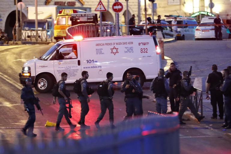 Des policiers israéliens sécurisent le lieu où une policière a été tuée, vendredi 16 juillet à Jérusalem