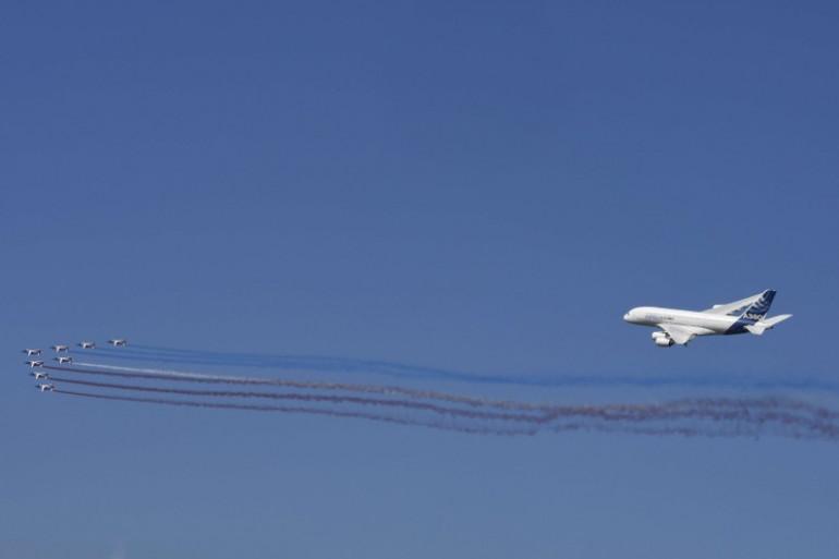 La Patrouille de France et un Airbus A380 dans le ciel du Bourget, le 19 juin 2017